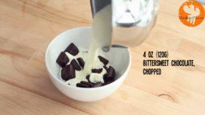 Đam Mê Ẩm Thực Cho-kem-Whipping-vừa-đun-sôi-vào-bát-Chocolate-và-khuấy-đều-cho-đến-khi-tan-và-quyện-đều-300x169