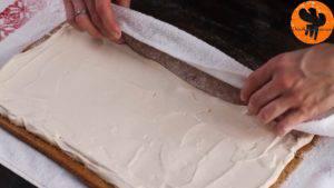 Đam Mê Ẩm Thực Cho-kem-lên-mặt-bánh.-Trải-đều-và-cuộn.-Sau-đó-rắc-đường-bột-lên-bánh-và-chia-thành-từng-miếng-nhỏ6-300x169
