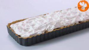 Đam Mê Ẩm Thực Cho-kem-lòng-trắng-trứng-đã-trộn-ở-bước-2-vào-khuôn-trải-đều-và-khò-nóng-kem-lòng-trắng-trứng-cho-đến-khi-kem-có-màu-vàng-nâu-3-300x169