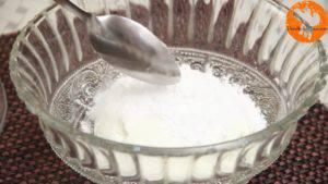 Đam Mê Ẩm Thực Cho-sữa-chua-đã-để-đông-vào-bát-đường-bột-nước-ép-xoài-bột-hạt-nhục-đậu-xanh-và-trộn-đều-1-300x169