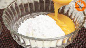 Đam Mê Ẩm Thực Cho-sữa-chua-đã-để-đông-vào-bát-đường-bột-nước-ép-xoài-bột-hạt-nhục-đậu-xanh-và-trộn-đều-3-300x169