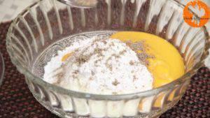 Đam Mê Ẩm Thực Cho-sữa-chua-đã-để-đông-vào-bát-đường-bột-nước-ép-xoài-bột-hạt-nhục-đậu-xanh-và-trộn-đều-4-chọn-300x169