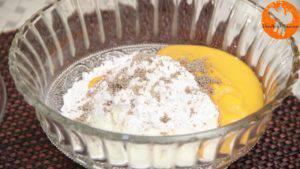 Đam Mê Ẩm Thực Cho-sữa-chua-đã-để-đông-vào-bát-đường-bột-nước-ép-xoài-bột-hạt-nhục-đậu-xanh-và-trộn-đều-5-300x169