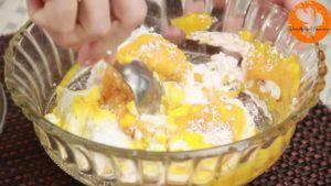 Đam Mê Ẩm Thực Cho-sữa-chua-đã-để-đông-vào-bát-đường-bột-nước-ép-xoài-bột-hạt-nhục-đậu-xanh-và-trộn-đều-6-300x169