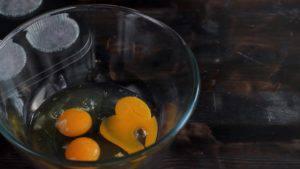 Đam Mê Ẩm Thực Cho-trứng-đường-muối-chiết-suất-vani-vào-bát-và-đánh-tơi-300x169