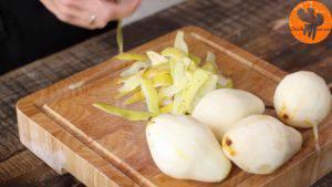 Đam Mê Ẩm Thực Gọt-vỏ-cuống-quả-lê.-Chia-thành-2-nửa-loại-bỏ-hạt-và-khía-lát-mỏng2-300x169