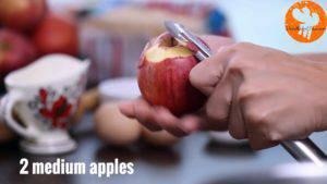 Gọt-vỏ-cuống-quả-táo.-Loại-bỏ-hạt-và-cắt-hạt-lựu-300x169