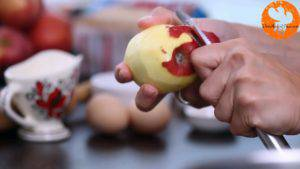 Đam Mê Ẩm Thực Gọt-vỏ-cuống-quả-táo.-Loại-bỏ-hạt-và-cắt-hạt-lựu2-300x169