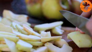 Đam Mê Ẩm Thực Gọt-vỏ-thái-lát-quả-táo-rồi-cho-vào-bát-Thêm-nước-cốt-chanh-bột-mì-và-lắc-đều-1-300x169
