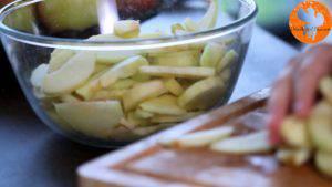 Đam Mê Ẩm Thực Gọt-vỏ-thái-lát-quả-táo-rồi-cho-vào-bát-Thêm-nước-cốt-chanh-bột-mì-và-lắc-đều-2-300x169