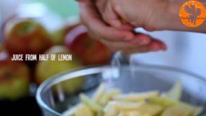 Đam Mê Ẩm Thực Gọt-vỏ-thái-lát-quả-táo-rồi-cho-vào-bát-Thêm-nước-cốt-chanh-bột-mì-và-lắc-đều-3-300x169