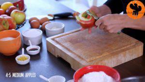 Đam Mê Ẩm Thực Gọt-vỏ-thái-lát-quả-táo-rồi-cho-vào-bát-Thêm-nước-cốt-chanh-bột-mì-và-lắc-đều-300x169