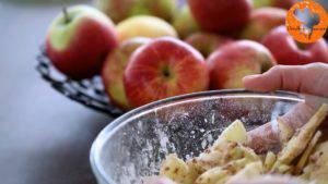 Đam Mê Ẩm Thực Gọt-vỏ-thái-lát-quả-táo-rồi-cho-vào-bát-Thêm-nước-cốt-chanh-bột-mì-và-lắc-đều-6-300x169