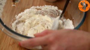 Đam Mê Ẩm Thực Lọc-kem-whipping-đã-đánh-bông-và-để-đông-vào-bát-qua-rây-lọc-đường-bột-vào-bát-qua-rây-bột-hạt-nhục-đậu-khấu-và-khuấy-đều-đến-khi-hòa-tan-9-300x169