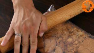 Đam Mê Ẩm Thực Nghiền-vụn-bánh-quy-và-cho-vào-bát-2-300x169