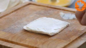 Phết-đều-kem-Cheese-vào-lát-bánh-mì-gối2-300x169