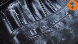 Đam Mê Ẩm Thực Phết-bơ-đều-lên-mặt-khuôn-và-trải-đều-giấy-nến2-300x169
