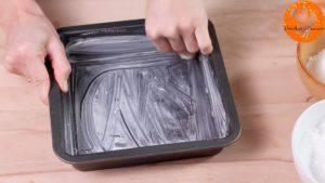 Đam Mê Ẩm Thực Phết-bơ-vào-mặt-khuôn-và-trải-giấy-nến-300x169