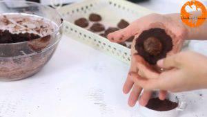Đam Mê Ẩm Thực Rắc-bột-cacao-lên-tay-và-múc-hỗn-hợp-bột-vừa-trộn-ở-bước-3-lên-tay.-Ấn-dẹt-và-cho-Mứt-Chocolate-hạt-rẻ-làm-nhân.-Sau-đó-nặn-tròn-đều-300x169