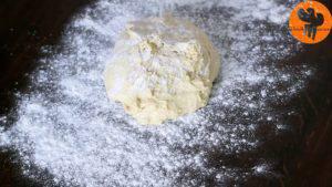 Đam Mê Ẩm Thực Rắc-bột-mì-đa-dụng-lên-bàn-với-kích-thước-12x18-inch-30x45cm-và-lăn-mỏng-hỗn-hợp-bột-ở-bước-34-300x169