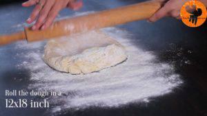 Đam Mê Ẩm Thực Rắc-bột-mì-đa-dụng-lên-bàn-với-kích-thước-12x18-inch-30x45cm-và-lăn-mỏng-hỗn-hợp-bột-ở-bước-36-300x169