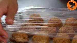 Đam Mê Ẩm Thực Sau-đó-để-viên-bánh-ra-khay-khuôn-có-lót-giấy-nến-và-bọc-kín-mặt-khay-khuôn-và-để-trong-tủ-đông-trong-vài-giờ-5-300x169