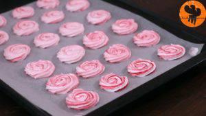 Đam Mê Ẩm Thực Sau-đó-cho-hỗn-hợp-làm-trắng-trứng-ở-bước-1-vào-túi-lụa-bắt-bông-kem-và-bơm-vào-khuôn-đã-trải-giấy-nến-sao-cho-tạo-thành-hình-hoa-hồng-với-đường-kính-5-cm6-300x169