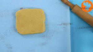 Đam Mê Ẩm Thực Sau-khi-để-bột-lạnh-cho-bột-vani-ở-bước-1-ra-giấy-nến-rắc-bột-mì-phủ-và-lăn-đều-1-300x169