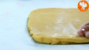 Đam Mê Ẩm Thực Sau-khi-để-bột-lạnh-cho-bột-vani-ở-bước-1-ra-giấy-nến-rắc-bột-mì-phủ-và-lăn-đều-3-300x169