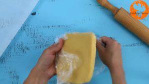 Đam Mê Ẩm Thực Sau-khi-để-bột-lạnh-cho-bột-vani-ở-bước-1-ra-giấy-nến-rắc-bột-mì-phủ-và-lăn-đều-300x169