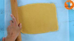 Đam Mê Ẩm Thực Sau-khi-để-bột-lạnh-cho-bột-vani-ở-bước-1-ra-giấy-nến-rắc-bột-mì-phủ-và-lăn-đều-5-300x169