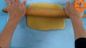 Đam Mê Ẩm Thực Sau-khi-để-bột-lạnh-cho-bột-vani-ở-bước-1-ra-giấy-nến-rắc-bột-mì-phủ-và-lăn-đều2-300x169