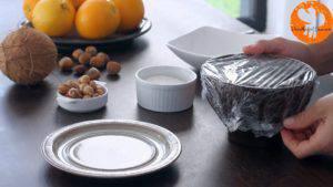 Đam Mê Ẩm Thực Sau-khi-đủ-đông-dùng-thìa-cho-hỗn-hợp-kem-Chocolate-lên-tay-ấn-nhẹ-vào-giữa-và-thêm-hạt-phỉ-làm-nhân-300x169