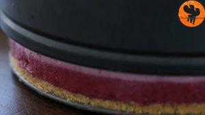 Đam Mê Ẩm Thực Sau-khi-bánh-đã-đủ-độ-đông-tách-bánh-khỏi-khuôn-và-trang-trí-với-mâm-xôi-và-việt-quất-tươi-tùy-thích3-300x169
