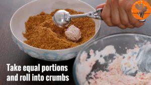 Đam Mê Ẩm Thực Sau-khi-hỗn-hợp-ở-bước-3-đã-đủ-đông-dùng-muỗng-múc-kem-cho-hỗn-hợp-kem-vào-bát-bánh-quy-vụn-và-lăn-qua-bánh-quy-vụn-3-300x169