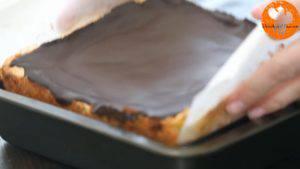 Đam Mê Ẩm Thực Sau-khi-lớp-Chocolate-đã-đông-tách-bánh-khỏi-khuôn.-Chia-bánh-thành-từng-miếng-nhỏ3-300x169