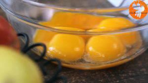 Tách-lòng-đỏ-và-lòng-trắng-trứng-ra-2-bát-riêng3-300x169