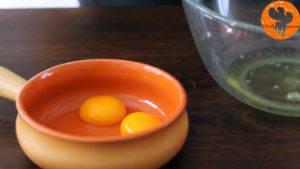 Đam Mê Ẩm Thực Tách-lòng-trắng-và-lòng-đỏ-trứng-ra-2-bát-riêng-1-300x169