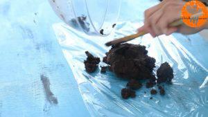 Đam Mê Ẩm Thực Thêm-đường-và-đánh-đều-3-5-phút-cho-đến-khi-tơi-1-lòng-đỏ-trứng-muối-bột-cacao-1-cup-bột-mì-và-khuấy-đều-đến-khi-hỗn-hợp-hòa-tan.-Rồi-cho-hỗn-hợp-ra-màng-bọc-thực-phẩm-và-gói-lại-15-300x169