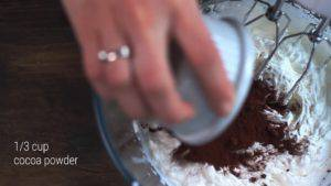 Đam Mê Ẩm Thực Thêm-bột-cacao-và-tiếp-tục-đánh-cho-đến-khi-quyện-đều-300x169