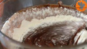 Đam Mê Ẩm Thực Thêm-bột-mì-đa-dụng-và-trộn-đều-cho-đến-khi-quyện3-300x169