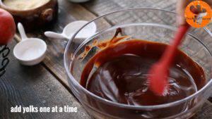 Đam Mê Ẩm Thực Thêm-lòng-đỏ-trứng-từng-quả-một-vào-hỗn-hợp-chocolate-và-khuấy-đều2-300x169