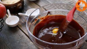 Thêm-lòng-đỏ-trứng-từng-quả-một-vào-hỗn-hợp-chocolate-và-khuấy-đều3-300x169