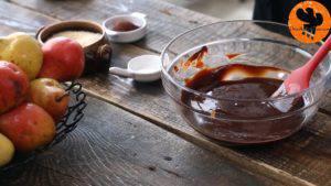 Đam Mê Ẩm Thực Thêm-lòng-đỏ-trứng-từng-quả-một-vào-hỗn-hợp-chocolate-và-khuấy-đều4-300x169