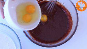 Đam Mê Ẩm Thực Thêm-trứng-từng-quả-một-và-trộn-cho-đến-khi-quyện-đều3-300x169