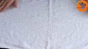 Đam Mê Ẩm Thực Trải-khăn-và-rắc-đều-đường-bột.-Đặt-bánh-lên-đường-bột-vừa-rắc-và-tách-lớp-giấy-nến-300x169