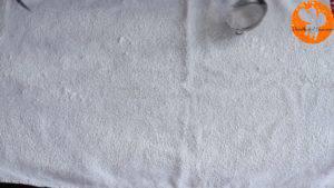 Đam Mê Ẩm Thực Trải-khăn-và-rắc-đều-đường-bột.-Đặt-bánh-lên-đường-bột-vừa-rắc-và-tách-lớp-giấy-nến3-300x169