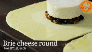 Đam Mê Ẩm Thực Đặt-phô-mai-mềm-lên-trên-hỗn-hợp-mứt-mơ-ở-bước-1-và-gấp-các-góc-của-bột-bánh-vào-với-nhau