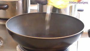 Đam Mê Ẩm Thực -chảo-nóng-già-và-cho-dầu-ăn-vào-chảo-và-láng-đều