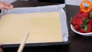 Đam Mê Ẩm Thực Chô-hỗn-hợp-vừa-trộn-ở-bước-2-vào-khuôn-30x40cm-đã-lót-giấy-nến-và-trải-đều2-300x169